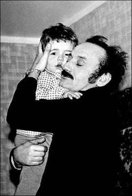 Двухлетний Миша и его папа, актер Семен Фарада
