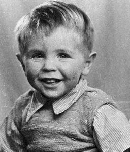 Стивен Хокин в детстве был обычным, здоровым ребенком. 1945 г.