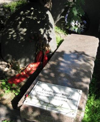 Могила АлександраТвардовского на Новодевичьем кладбище Москвы
