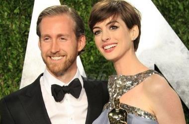 Энн Хэтэуэй со своим мужем – актером Адамом Шульманом