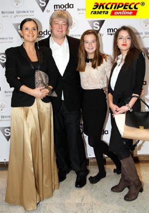 Александр Стриженов с супругой Екатериной и дочками Александрой и Анастасией