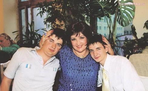 Зинаида Кириенко с сыновьми
