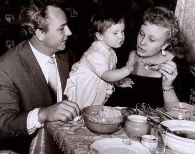 Николай Рыбников и Алла Ларионова с дочкой