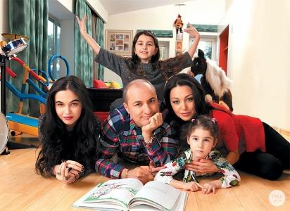 Михаил Турецкий с женой Лианой и дочерьми - Сариной (слева), Эммануэль (на заднем плане)