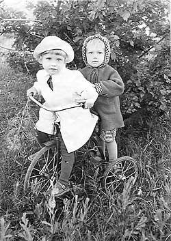 Надежда Бабкина в детстве. На фото: Наде (на велосипеде) 4 года, брату Валере — 2