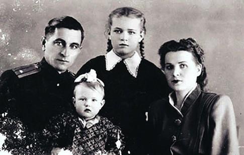 Людмила Чурсина с семьей в детстве