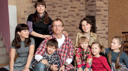 Иван Охлобыстин в кругу семьи, с женой и детьми