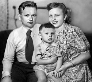 Юный Юрий Антонов в детстве с мамой и папой