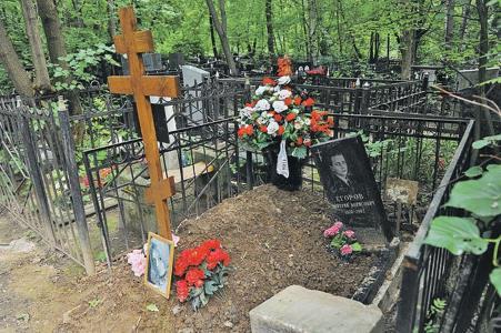 Могила Натальи Кустинской рядом с могилой сына