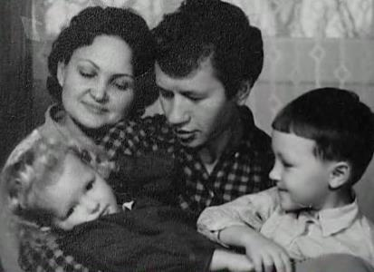 Леонид Быков с семьей: женой и детьми