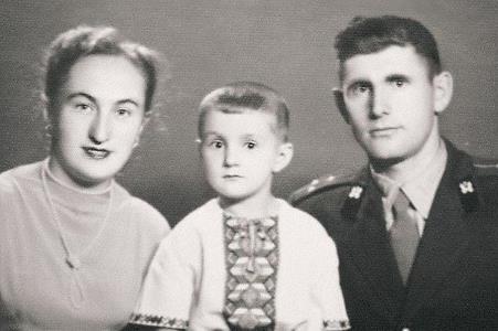 Лёня Ярмольник в детстве с родителями
