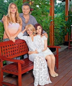Леонид Агутин с красавицей женой и восхитительными дочками