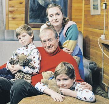 Евгений Евтушенко с женой Марией и сыновьями Евгением и Дмитрием