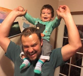 Кирилл Плетнев на фото с младшим сыном