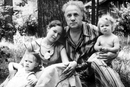 Михаил Жаров с последней женой Майей и детьми.