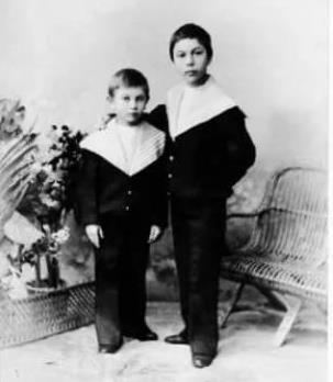 Борис Пастернак (справа) с братом в детстве