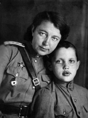 Роберт Рождественский в детстве с мамой