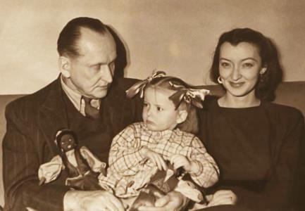 Марианна Вертинская в детстве с родителями