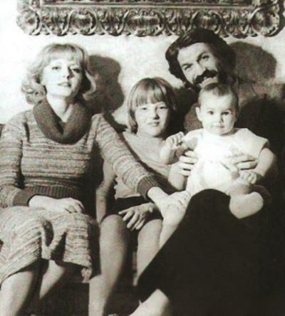 Борис Хмельницкий с Марианной Вертинской и дочками Сашей и Дарьей
