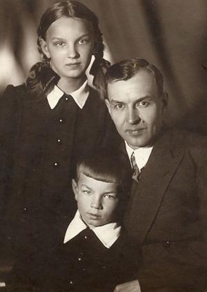 Юный Андрей с сестрой и отцом