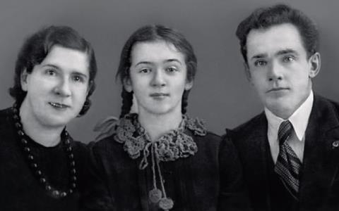 Людмила Лядова в детстве с родителями
