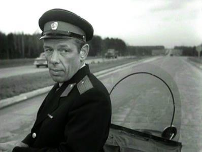 Георгий Жженов в роли автоинспектора