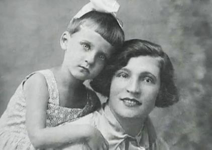 Клара Румянова в детстве с мамой
