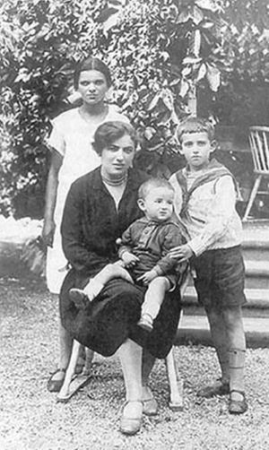 Саша Гинзбург (Галич) с мамой Фаиной Борисовной и младшим братом Валерой