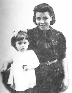 Валя Малявина в детстве с мамой