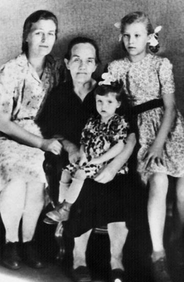 Анна (справа) с мамой и бабушкой.