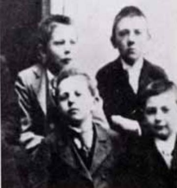 Адольф Гитлер в 1901 г. в школе Линца