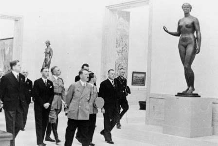 Гитлер на выставке немецкого искусства в 1938 году в Мюнхене