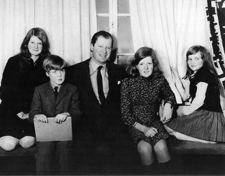 Будущая принцесса вместе со своими родителями, сестрой и братом в 1970 году