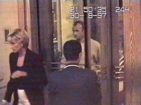 Последняя фотография. Ночью перед роковой случайностью принцесса Диана в отеле Ритц в Париже 31 августа 1997 года