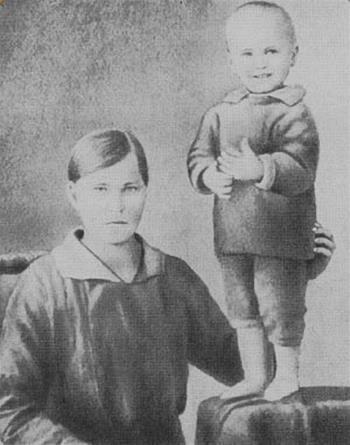 Вася Шукшин в детстве с мамой в трехлетнем возрасте