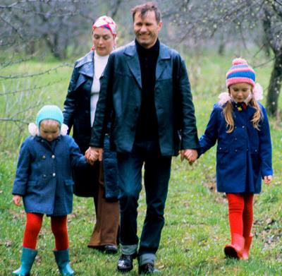 Василий Шукшин с женой и дочками