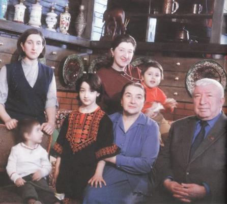 Расул Гамзатов с дочерьми и внучками
