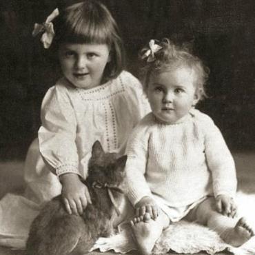 Ева (справа) и Ильза в детстве, 1913 г.