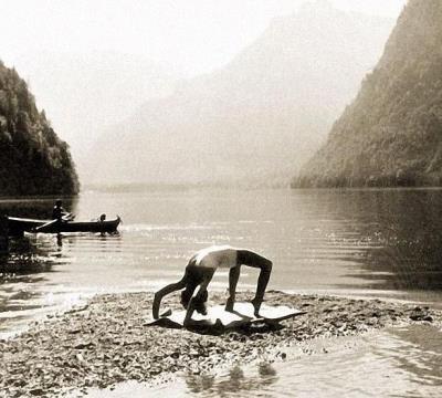 Ева делает гимнастические упражнения на берегу озера