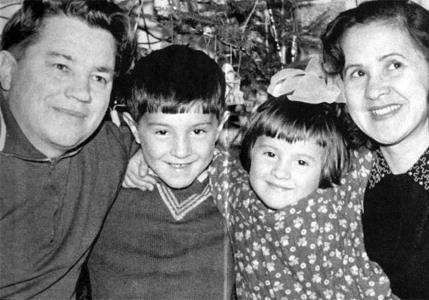 Юра Шевчук с сестрой и родителями
