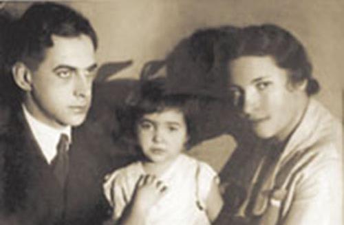 Агния Барто в детстве с родителями