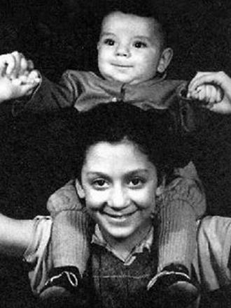 Костя Райкин с сестрой Катей в детстве. (Кате 13 лет, Косте годик)