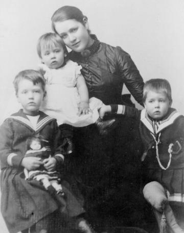 Нильс Бор в детстве. На фото справа.