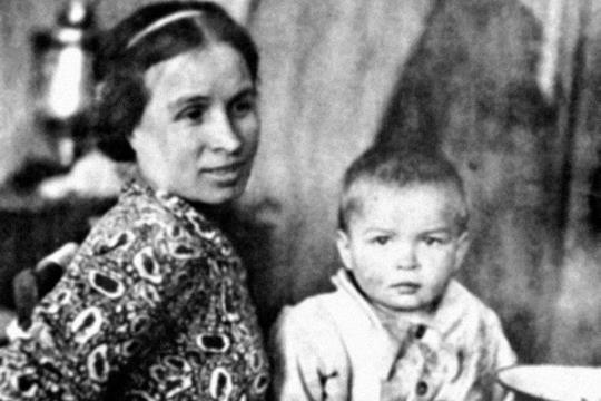 Рудольф Нуриев в детстве с мамой