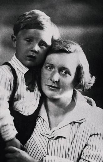 Илья Глазунов с мамой в детстве