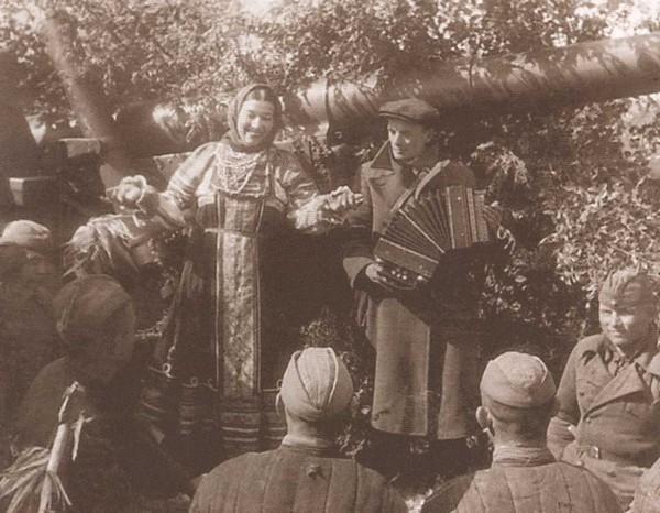 Выступление фронтовой концертной бригады перед бойцами