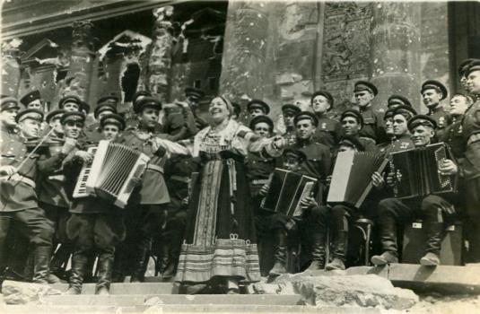 Лидия Русланова у стен рейхстага