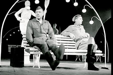 Анатолий Папанов на сцене театра