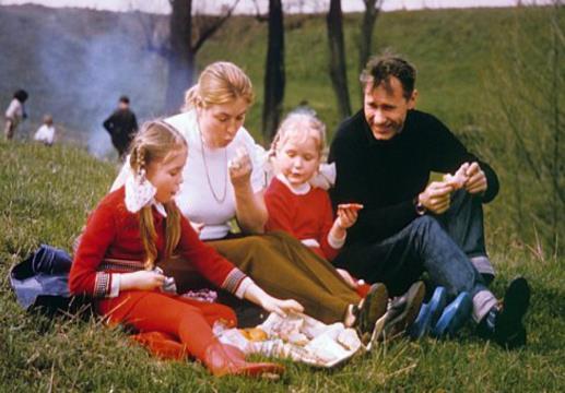 Лидия Федосеева-Шукшина с мужем Василием Шукшиным и дочками Машей и Олей