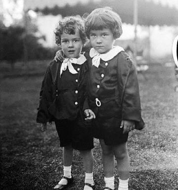 Братья Чарли и Сидни в детстве